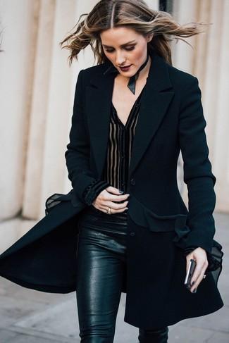 Olivia Palermo trägt Schwarzer Mantel, Schwarze Chiffonbluse mit knöpfen, Schwarze Enge Hose, Schwarze Enge Halskette aus Leder