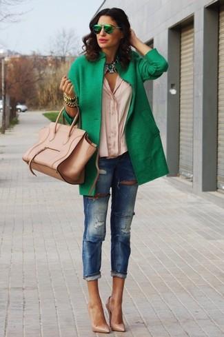 Die Paarung aus einem Grünen Mantel und Blauen Enger Jeans mit Destroyed-Effekten ist eine komfortable Wahl, um Besorgungen in der Stadt zu erledigen. Beige Leder Pumps sind eine ideale Wahl, um dieses Outfit zu vervollständigen.