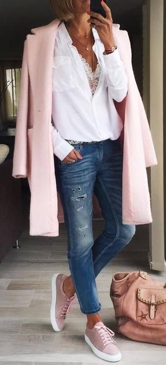 Rosa Shopper Tasche aus Leder kombinieren: trends 2020: Diese Paarung aus einem rosa Mantel und einer rosa Shopper Tasche aus Leder ist eine perfekte Option füreinen ultralässigen Alltags-Look. Rosa Wildleder niedrige Sneakers sind eine großartige Wahl, um dieses Outfit zu vervollständigen.