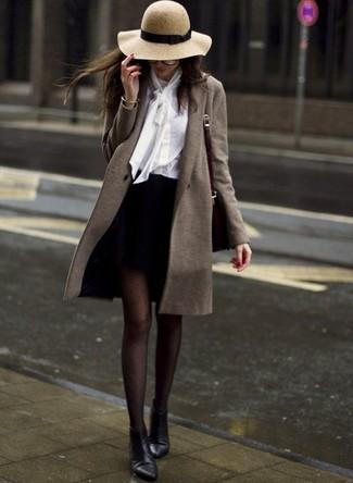 Wie kombinieren: olivgrüner Mantel, weiße Bluse mit Knöpfen, schwarzer Minirock, schwarze Leder Stiefeletten