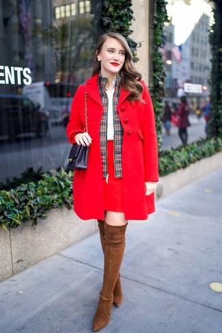Wie kombinieren: roter Mantel, grüne und rote Bomberjacke mit Schottenmuster, weißes Businesshemd, roter Minirock