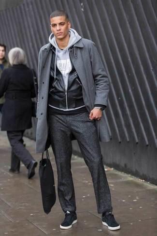 Schwarze Wildleder niedrige Sneakers kombinieren: trends 2020: Paaren Sie einen grauen Mantel mit einer dunkelgrauen Chinohose, wenn Sie einen gepflegten und stylischen Look wollen. Suchen Sie nach leichtem Schuhwerk? Vervollständigen Sie Ihr Outfit mit schwarzen Wildleder niedrigen Sneakers für den Tag.
