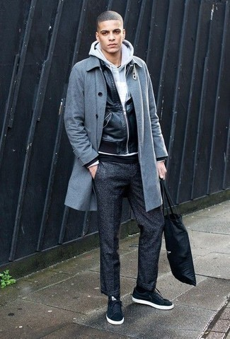 Dunkelgraue Wollchinohose kombinieren: trends 2020: Vereinigen Sie einen grauen Mantel mit einer dunkelgrauen Wollchinohose für Drinks nach der Arbeit. Suchen Sie nach leichtem Schuhwerk? Entscheiden Sie sich für schwarzen Segeltuch niedrige Sneakers für den Tag.