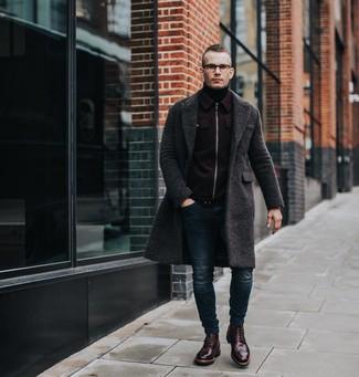 Wie kombinieren: dunkelgrauer Mantel, dunkelrote Wollbomberjacke, schwarzer Rollkragenpullover, dunkelblaue enge Jeans