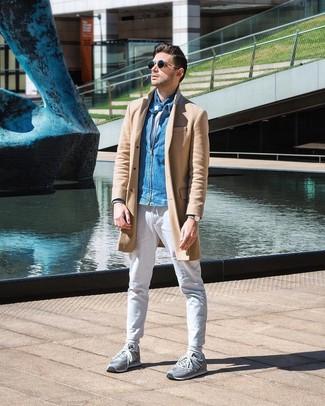 Wie kombinieren: camel Mantel, blaue Jeans Bomberjacke, weißes T-Shirt mit einem Rundhalsausschnitt, weiße Chinohose
