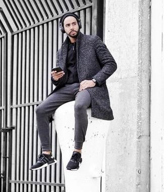 Dunkelgraue Jogginghose kombinieren – 214 Herren Outfits: Kombinieren Sie einen dunkelgrauen Mantel mit einer dunkelgrauen Jogginghose, um mühelos alles zu meistern, was auch immer der Tag bringen mag. Fühlen Sie sich mutig? Ergänzen Sie Ihr Outfit mit schwarzen und weißen Sportschuhen.