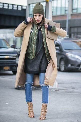 Olivgrüne Bomberjacke kombinieren – 60 Damen Outfits: Um eine super entspannte und harmonische Silhouette zu erzeugen, paaren Sie eine olivgrüne Bomberjacke mit blauen Jeans mit Destroyed-Effekten. Komplettieren Sie Ihr Outfit mit beige Leder Stiefeletten mit Ausschnitten.