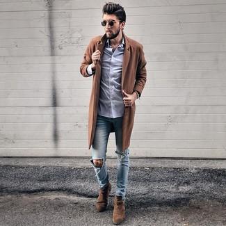 Wie kombinieren: brauner Mantel, hellviolettes Businesshemd, hellblaue enge Jeans mit Destroyed-Effekten, dunkelbraune Chelsea-Stiefel aus Wildleder