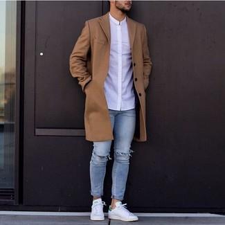 Weiße Leder niedrige Sneakers kombinieren: trends 2020: Paaren Sie einen braunen Mantel mit hellblauen engen Jeans mit Destroyed-Effekten, um mühelos alles zu meistern, was auch immer der Tag bringen mag. Weiße Leder niedrige Sneakers sind eine perfekte Wahl, um dieses Outfit zu vervollständigen.