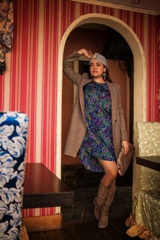 Braune kniehohe Stiefel aus Wildleder kombinieren – 8 Damen Outfits kühl Wetter: Diese Paarung aus einem braunen Mantel und einem blauen gerade geschnittenem Kleid mit Paisley-Muster schafft die perfekte Balance zwischen einem Tomboy-Look und modernem Stil. Dieses Outfit passt hervorragend zusammen mit braunen kniehohe Stiefeln aus Wildleder.