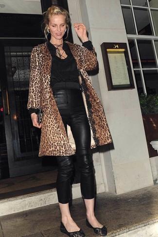 Wie kombinieren: brauner Mantel mit Leopardenmuster, schwarze Langarmbluse, schwarze enge Hose aus Leder, schwarze Ballerinas