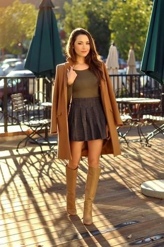 Wie kombinieren: brauner Mantel, olivgrünes Langarmshirt, dunkelgrauer Falten Minirock, beige kniehohe Stiefel aus Leder