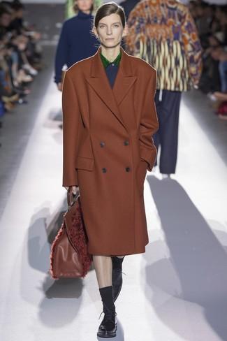 brauner Mantel, schwarze Leder Oxford Schuhe, braune Shopper Tasche aus Pelz, schwarze Socke für Damen