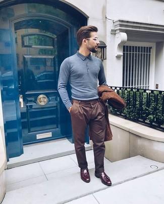Wie kombinieren: brauner Mantel, graues Polohemd, braune Anzughose, dunkelrote Leder Slipper mit Quasten