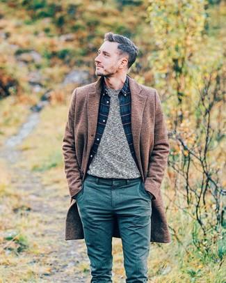 Wie kombinieren: brauner Mantel, grauer Pullover mit einem Rundhalsausschnitt, dunkelblaues Langarmhemd mit Schottenmuster, dunkeltürkise Wollchinohose