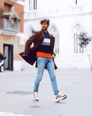Wie kombinieren: brauner Mantel, mehrfarbiger horizontal gestreifter Pullover mit einem Rundhalsausschnitt, hellblaue enge Jeans, weiße Sportschuhe