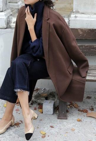 Dunkelblauen Strick Rollkragenpullover kombinieren – 11 Damen Outfits: Um ein lockeres Outfit zu erzielen, paaren Sie einen dunkelblauen Strick Rollkragenpullover mit einem dunkelblauen Hosenrock aus Jeans. Dieses Outfit passt hervorragend zusammen mit schwarzen und gelbbraunen Leder Pumps.