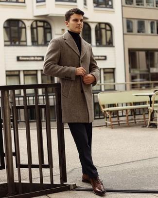 Dunkelblaue Anzughose kombinieren – 1200+ Herren Outfits: Kombinieren Sie einen braunen Mantel mit Fischgrätenmuster mit einer dunkelblauen Anzughose, um vor Klasse und Perfektion zu strotzen. Dunkelbraune Brogue Stiefel aus Leder verleihen einem klassischen Look eine neue Dimension.