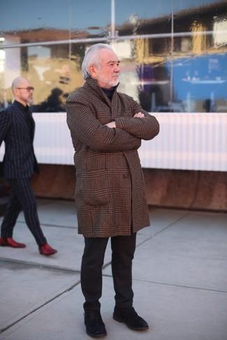 Wie kombinieren: brauner Mantel mit Schottenmuster, schwarzer Rollkragenpullover, schwarze Chinohose, schwarze Wildleder Derby Schuhe