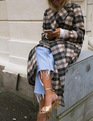 Wie kombinieren: brauner Mantel mit Schottenmuster, weißer Rollkragenpullover, hellblaue Boyfriend Jeans, goldene Leder Sandaletten