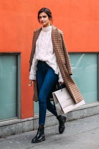 Wie kombinieren: brauner Mantel mit Karomuster, weißer Strickpullover, blaue enge Jeans, schwarze verzierte Chelsea-Stiefel aus Leder
