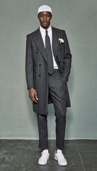 Wie kombinieren: grauer vertikal gestreifter Mantel, weißes Businesshemd, graue vertikal gestreifte Anzughose, weiße niedrige Sneakers