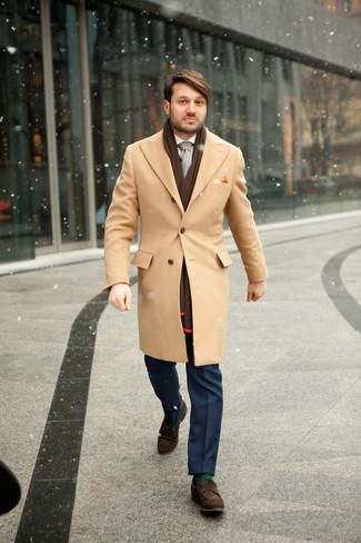 Wie kombinieren: camel Mantel, weißes Businesshemd, blaue Anzughose, dunkelbraune Wildleder Slipper