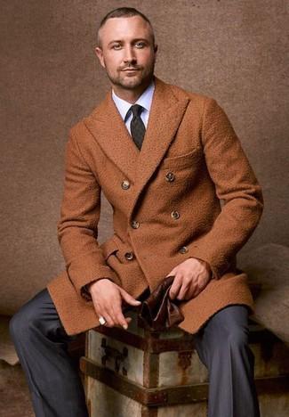 Wie kombinieren: rotbrauner Mantel, weißes Businesshemd, dunkelgraue vertikal gestreifte Anzughose, dunkelgrüne bedruckte Krawatte