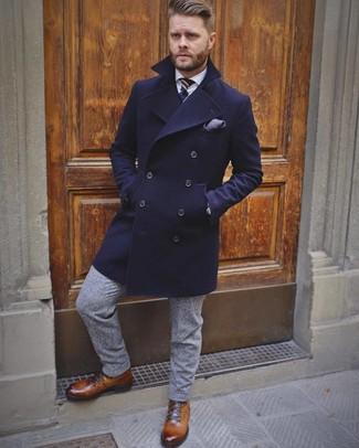 Wie kombinieren: dunkelblauer Mantel, weißes Businesshemd, graue Wollanzughose, braune Lederfreizeitstiefel