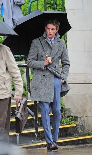 Wie kombinieren: grauer Mantel mit Fischgrätenmuster, hellblaues Businesshemd, blaue Anzughose, dunkelbraune Leder Oxford Schuhe