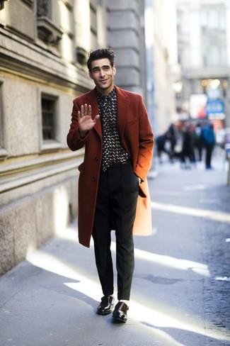 Wie kombinieren: rotbrauner Mantel, schwarzes und weißes Businesshemd, schwarze Anzughose, dunkelbraune Doppelmonks aus Leder