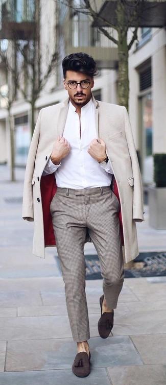Wie kombinieren: beiger Mantel, weißes Businesshemd, hellbeige Anzughose mit Karomuster, dunkelbraune Wildleder Slipper mit Quasten