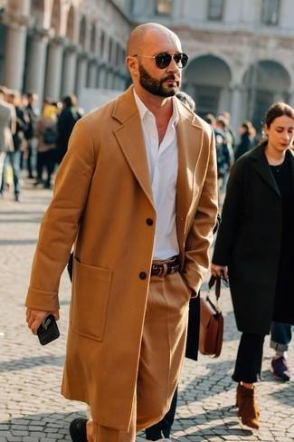 Wie kombinieren: camel Mantel, weißes Businesshemd, beige Wollanzughose, schwarze Leder Derby Schuhe