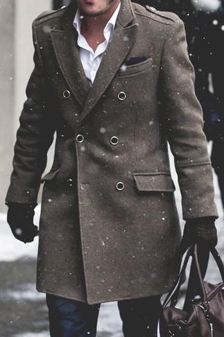 Wie kombinieren: olivgrüner Mantel, weißes Businesshemd, schwarze Anzughose, dunkelbraune Leder Reisetasche