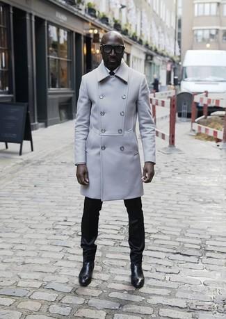 Wie kombinieren: grauer Mantel, weißes Businesshemd, schwarze Anzughose, schwarze Chelsea-Stiefel aus Leder