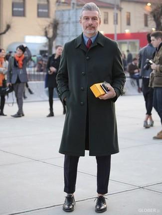 Wie kombinieren: dunkelgrüner Mantel, blaues Businesshemd, schwarze Anzughose, schwarze Leder Oxford Schuhe