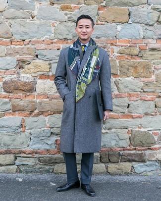 Wie kombinieren: grauer Mantel, hellblaues vertikal gestreiftes Businesshemd, dunkelgraue Anzughose, schwarze Leder Oxford Schuhe