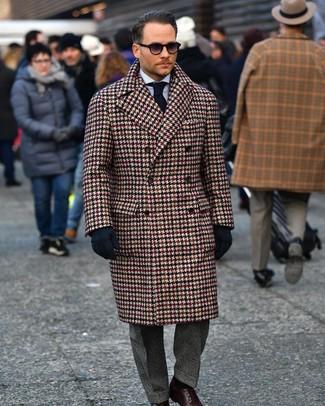 Wie kombinieren: brauner Mantel mit Hahnentritt-Muster, hellblaues vertikal gestreiftes Businesshemd, dunkelgraue Anzughose mit Schottenmuster, dunkelbraune Leder Derby Schuhe