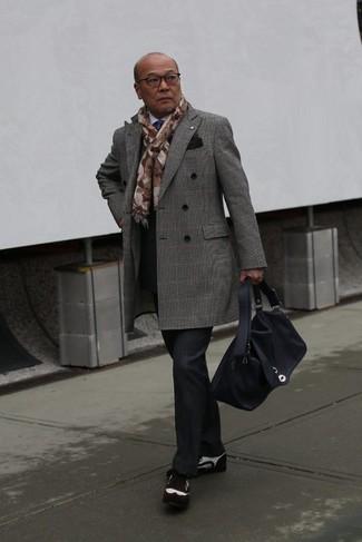 Wie kombinieren: grauer Mantel mit Schottenmuster, weißes Businesshemd, schwarze Anzughose mit Schottenmuster, dunkelbraune Wildleder Brogues