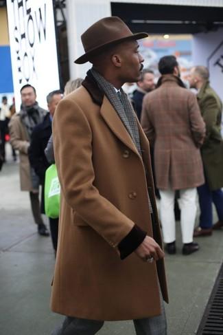 Wie kombinieren: camel Mantel, weißes Businesshemd, graue Anzughose mit Schottenmuster, dunkelbrauner Wollhut