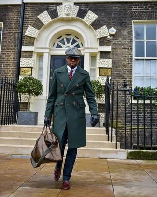 Wie kombinieren: dunkelgrüner Mantel, weißes Businesshemd, dunkelblaue Anzughose, dunkelrote Leder Slipper mit Quasten