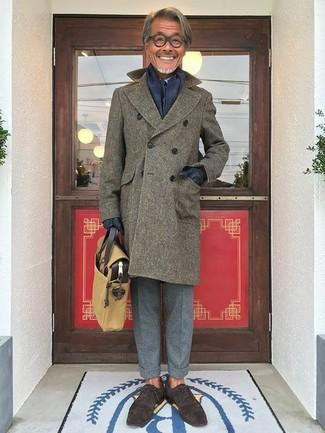 Wie kombinieren: olivgrüner Mantel, hellblaues Businesshemd, graue Wollanzughose, dunkelbraune Wildleder Oxford Schuhe