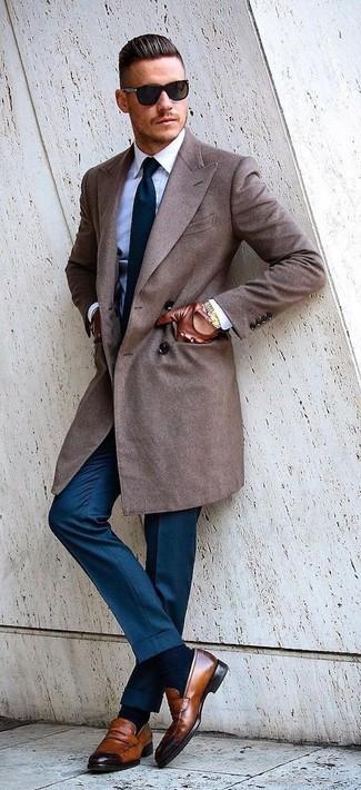 Wie kombinieren: brauner Mantel, weißes Businesshemd, blaue Anzughose, braune Leder Slipper