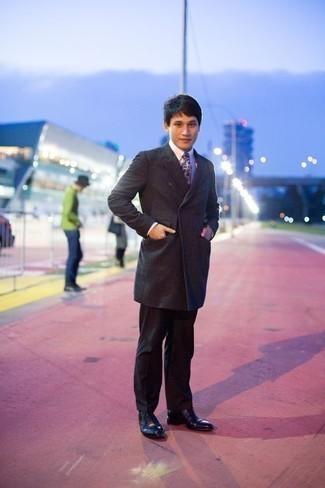 Herren Outfits & Modetrends 2020: elegante Outfits: Etwas Einfaches wie die Wahl von einem dunkelgrauen Mantel und einer schwarzen Anzughose kann Sie von der Menge abheben. Schwarze Leder Oxford Schuhe sind eine großartige Wahl, um dieses Outfit zu vervollständigen.