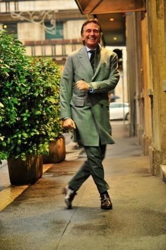 Mode für Herren ab 50 2020: Kombinieren Sie einen olivgrünen Mantel mit einer dunkelgrünen Anzughose für eine klassischen und verfeinerte Silhouette. Fühlen Sie sich ideenreich? Wählen Sie dunkelbraunen Doppelmonks aus Leder.