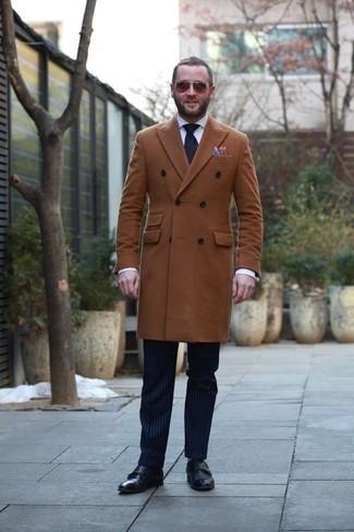 Herren Outfits & Modetrends 2020 für kalt Wetter: Tragen Sie einen rotbraunen Mantel und eine dunkelblaue vertikal gestreifte Anzughose für eine klassischen und verfeinerte Silhouette. Schwarze Doppelmonks aus Leder sind eine großartige Wahl, um dieses Outfit zu vervollständigen.