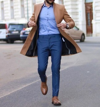 Blaue Anzughose kombinieren – 801+ Herren Outfits: Kombinieren Sie einen camel Mantel mit einer blauen Anzughose für einen stilvollen, eleganten Look. Braune Leder Derby Schuhe liefern einen wunderschönen Kontrast zu dem Rest des Looks.
