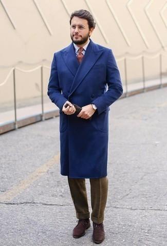 kalt Wetter Outfits Herren 2020: Vereinigen Sie einen blauen Mantel mit einer braunen Anzughose mit Karomuster für einen stilvollen, eleganten Look. Wenn Sie nicht durch und durch formal auftreten möchten, entscheiden Sie sich für dunkelbraunen Chukka-Stiefel aus Wildleder.