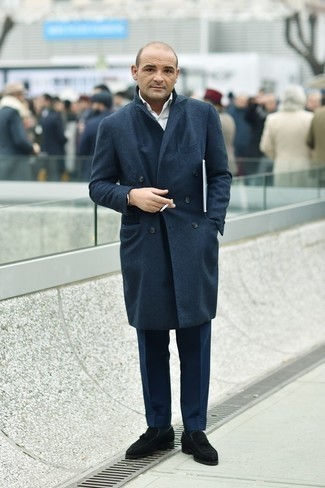 Dunkelblaue Anzughose kombinieren – 1200+ Herren Outfits: Kombinieren Sie einen dunkelblauen Mantel mit einer dunkelblauen Anzughose für eine klassischen und verfeinerte Silhouette. Fühlen Sie sich mutig? Ergänzen Sie Ihr Outfit mit schwarzen Wildleder Slippern mit Quasten.