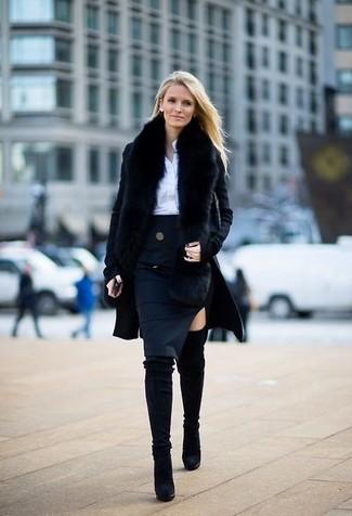 Schwarzer Mantel, Weißes Businesshemd, Dunkelblauer Bleistiftrock, Schwarze Overknee Stiefel aus Wildleder für Damen